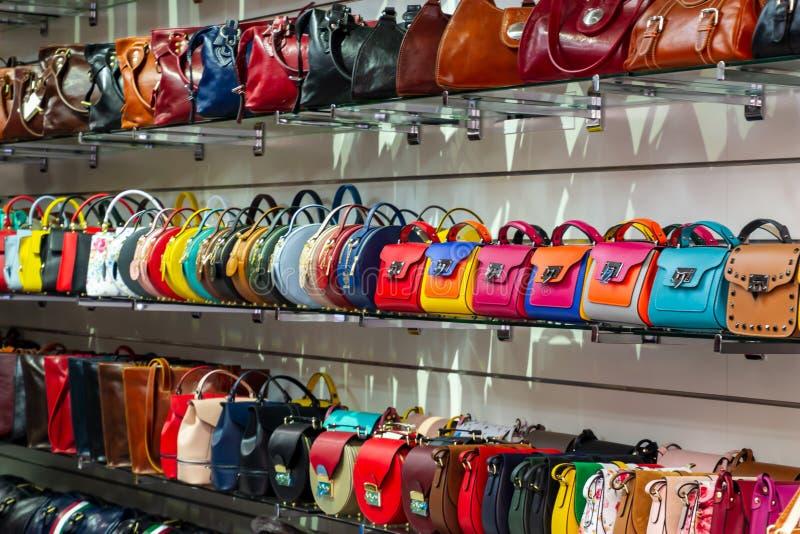 Genere differente di colori vibranti variopinti delle borse di cuoio della borsa che vendono nel negozio italiano del mercato immagini stock libere da diritti