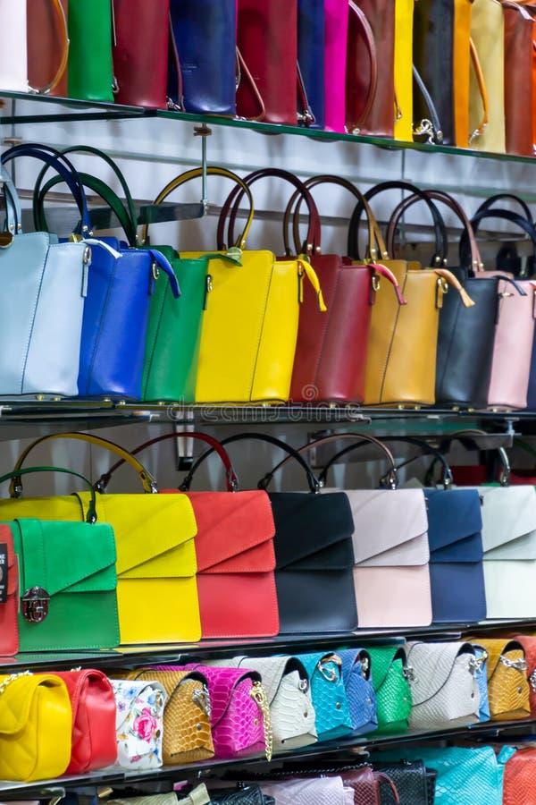 Genere differente di colori vibranti variopinti delle borse di cuoio della borsa che vendono nel negozio italiano del mercato fotografie stock libere da diritti