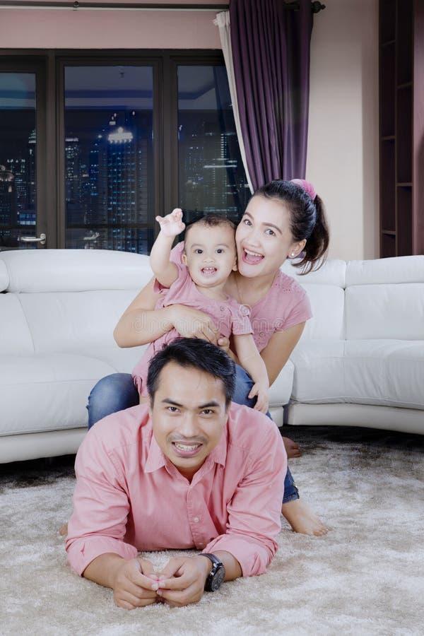 Generi con il suoi bambino e moglie all'appartamento fotografia stock libera da diritti