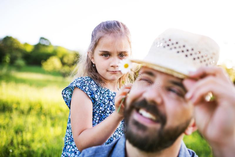 Generi con una piccola figlia divertendosi nella natura di primavera fotografie stock libere da diritti
