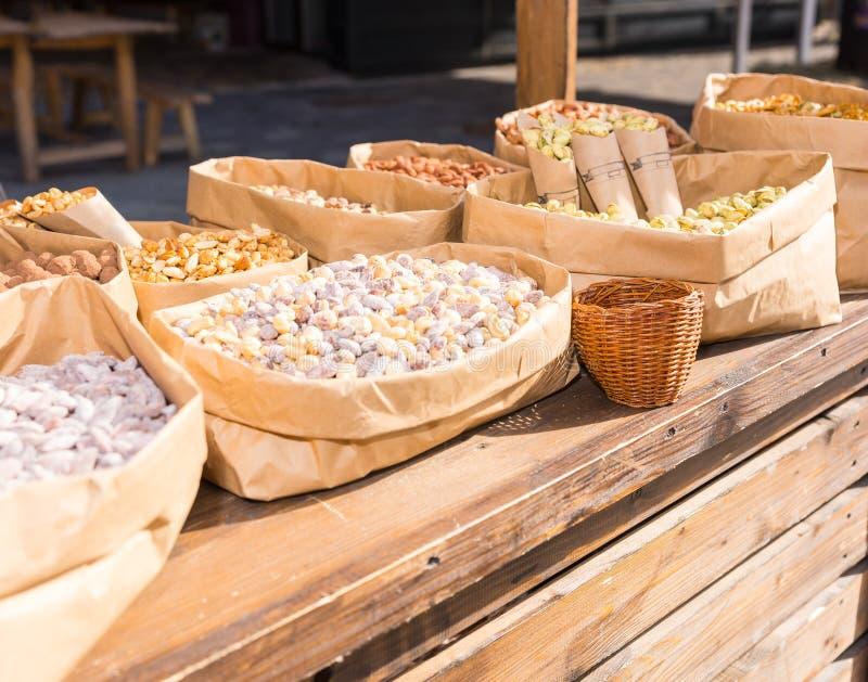 Generi differenti di dadi in contenitori di carta all'aperto sul fest dell'alimento immagini stock libere da diritti