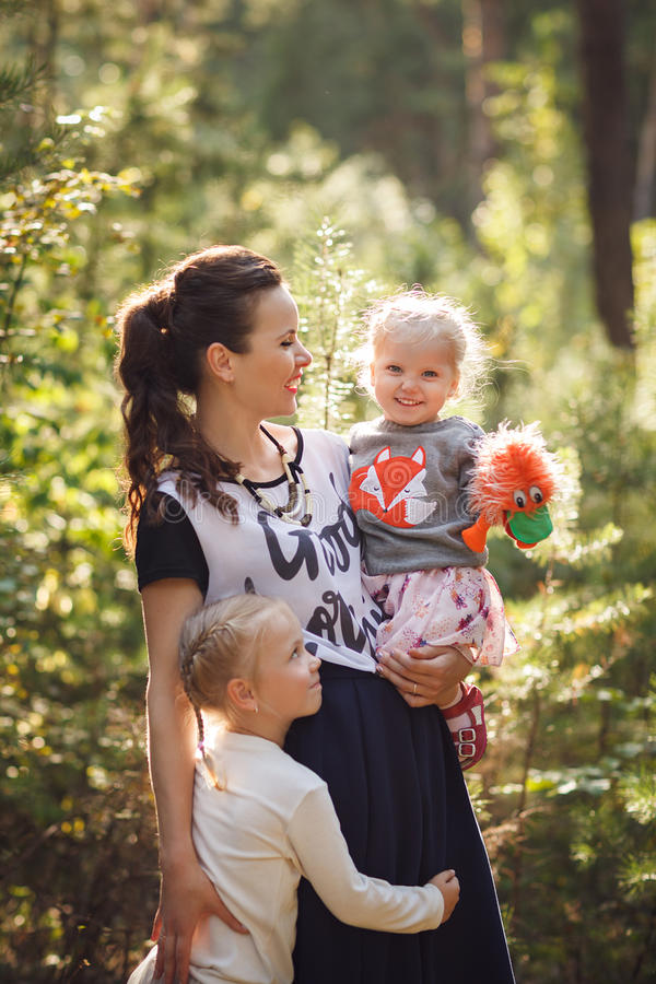 Generi e due piccole figlie che camminano nell'en della famiglia della foresta immagine stock libera da diritti