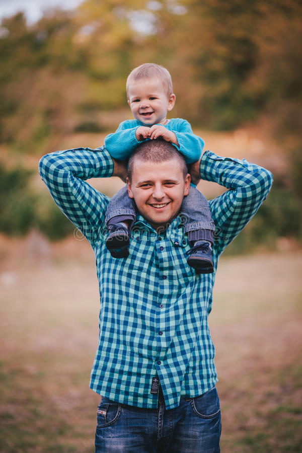 Generi ed il suo piccolo figlio che cammina in una foresta di autunno fotografia stock libera da diritti