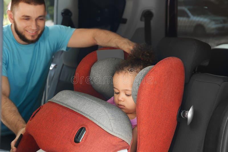 Generi il bambino della legatura al sedile della sicurezza del bambino dentro fotografie stock libere da diritti