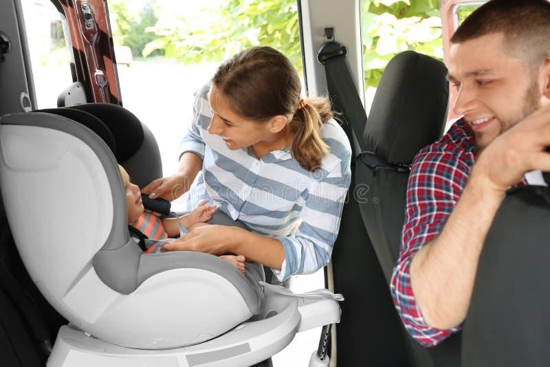 Generi il bambino della legatura al sedile della sicurezza del bambino dentro immagine stock