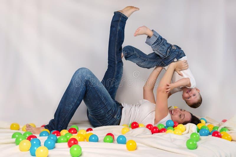 Generi il gioco con il suo figlio immagini stock