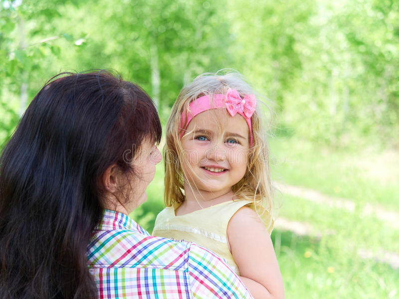 Generi il gioco con sua figlia piccola sulla natura fotografie stock