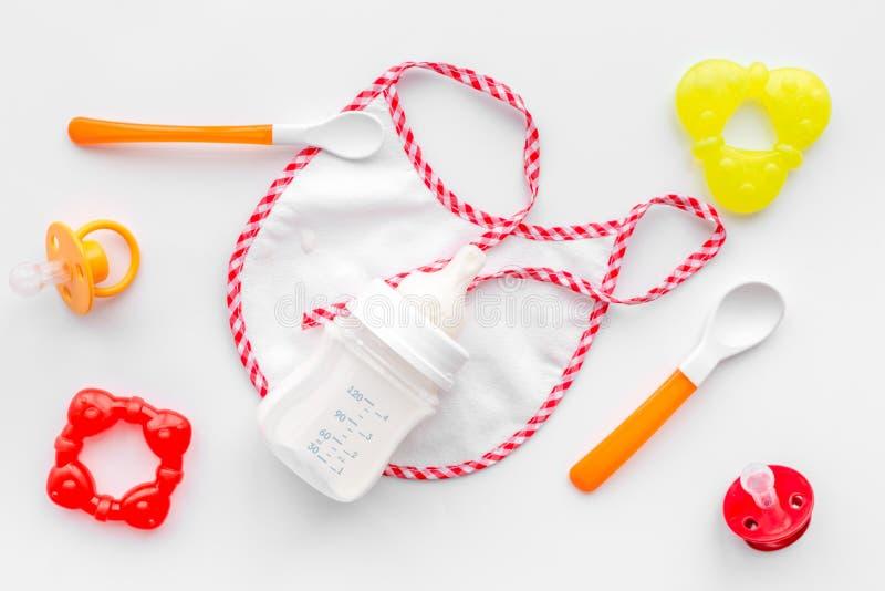Generi il latte materno di cura in prodotto per l'infanzia sano in polvere formula e della bottiglia per il bambino che si alimen fotografia stock