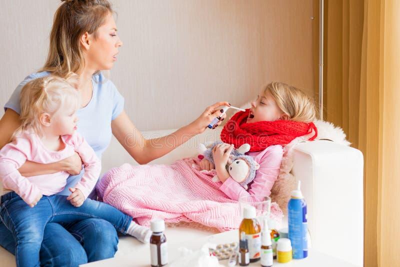 Generi il trattamento della sua gola irritata del ` s del bambino fotografie stock