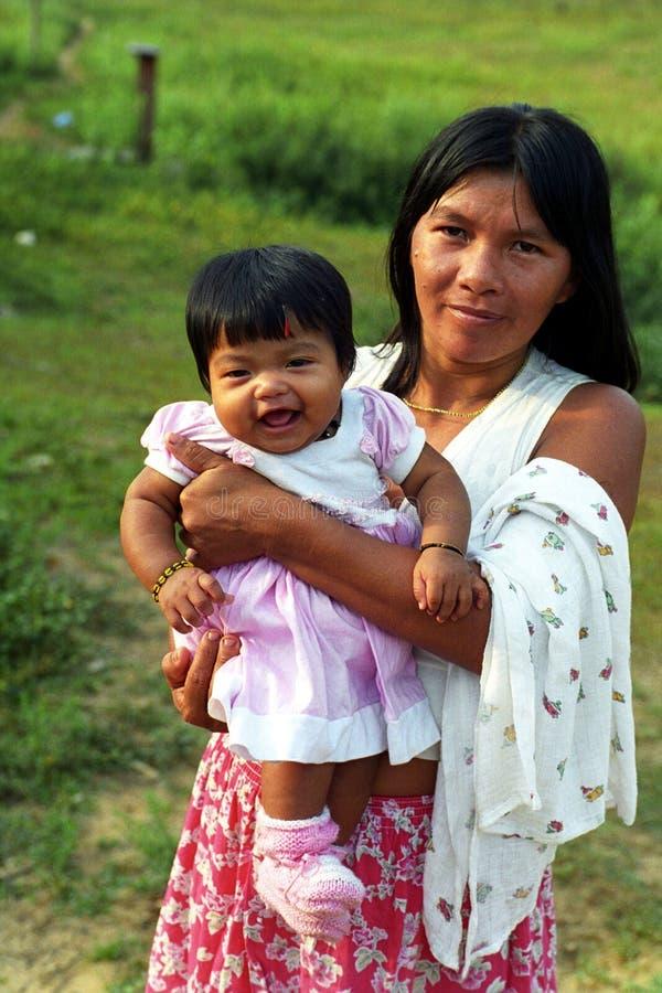 Generi Kaapor con il bambino, indiano natale del Brasile fotografie stock