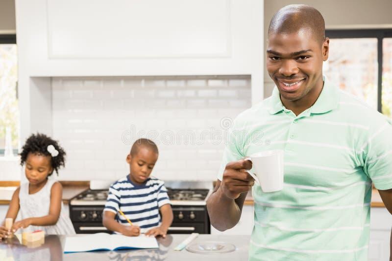 Generi la bevanda calda bevente con i bambini su fondo immagine stock