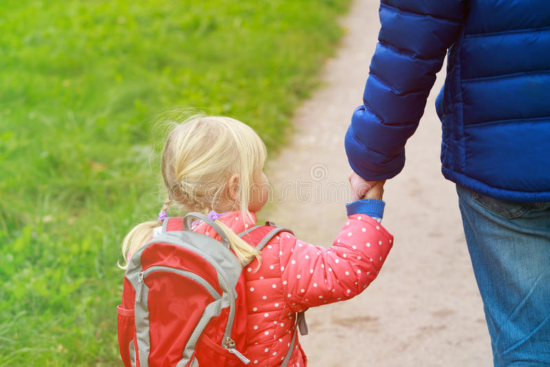 Generi la figlia piccola di camminata alla scuola o alla guardia fotografie stock libere da diritti
