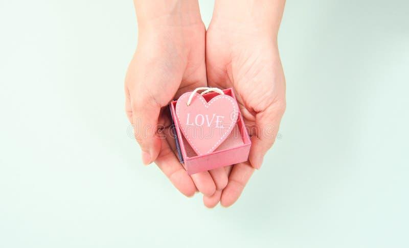 Generi la mano con il regalo di amore, la dedica, verde blu del ` s immagini stock libere da diritti