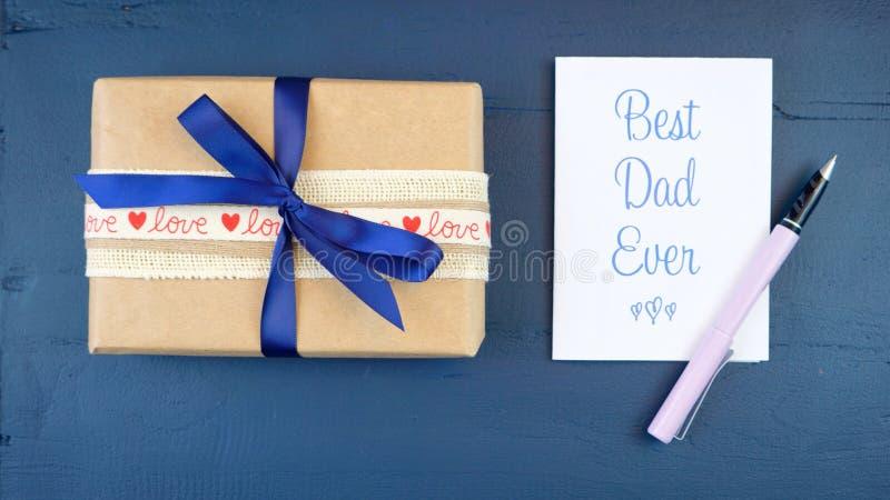 Generi mai le spese generali del giorno del ` s con il regalo e la migliore carta del papà fotografie stock