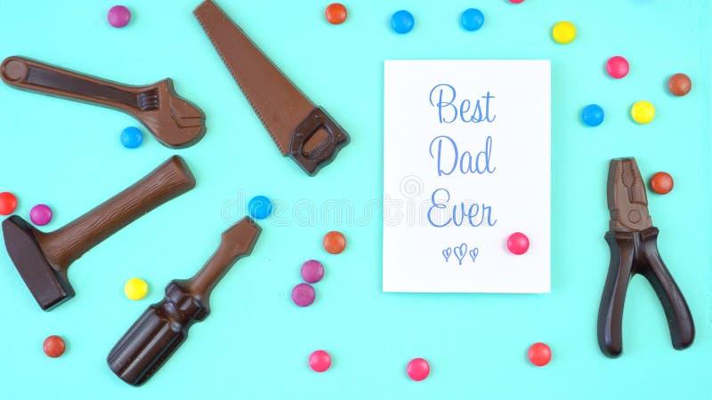 Generi mai le spese generali del giorno del ` s del set di strumenti del cioccolato con la migliore cartolina d'auguri del papà immagini stock libere da diritti