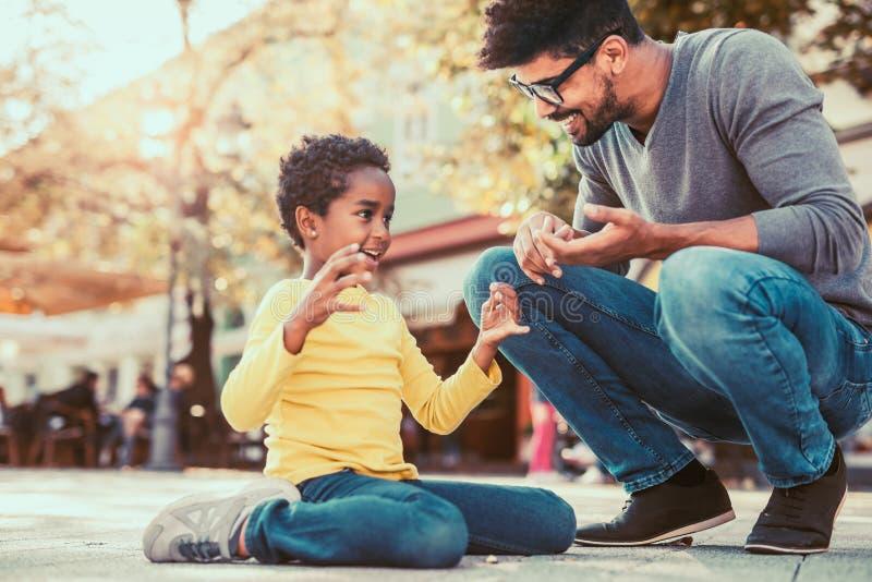 Generi spendere il tempo con la loro figlia, divertendosi fotografie stock