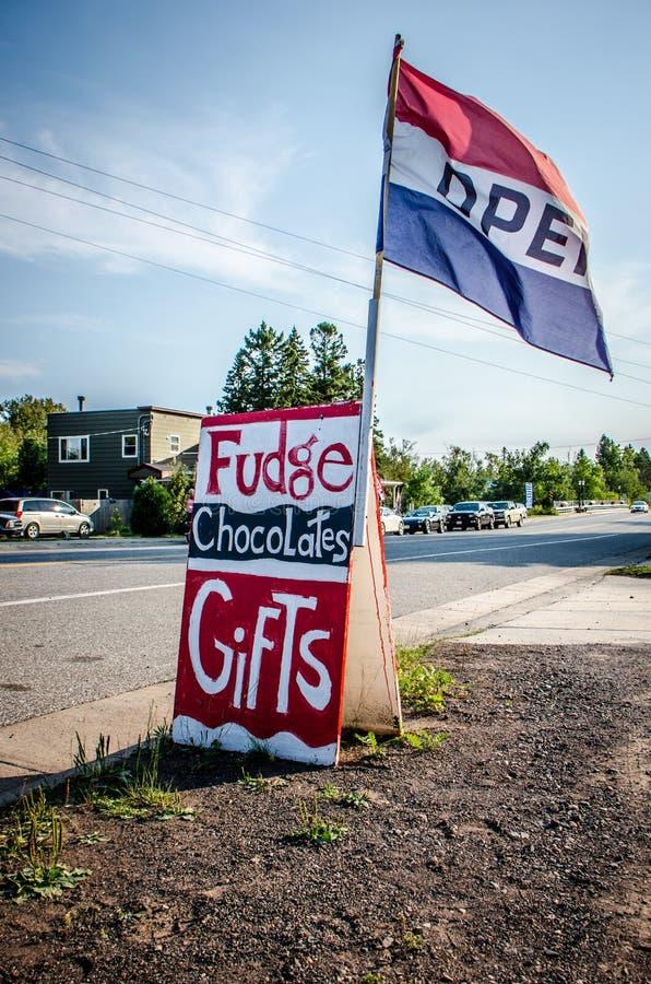 Generisch teken voor een suikergoedwinkel en van de giftwinkel reclamezachte toffee, chocolade en giften stock foto