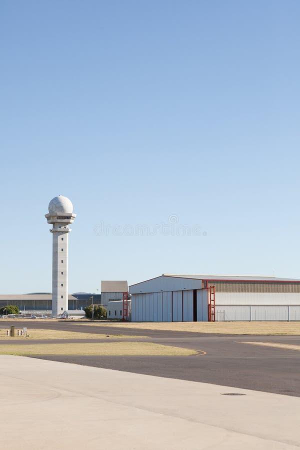 Generisch vliegveld met hangaar en controletoren stock foto's