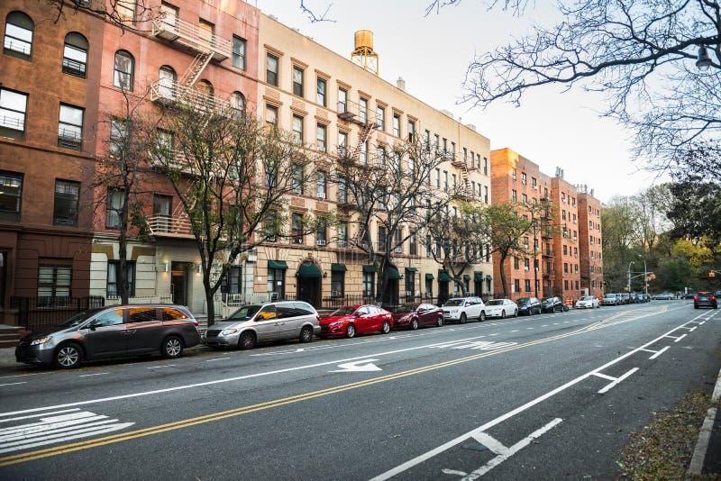 Generische Hogere het Westenzijstraat van Manhattan uptown met gebouwen in de Stad van New York stock afbeeldingen