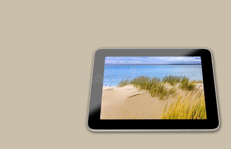 Generische Tablet met strandscène op vertoning stock illustratie