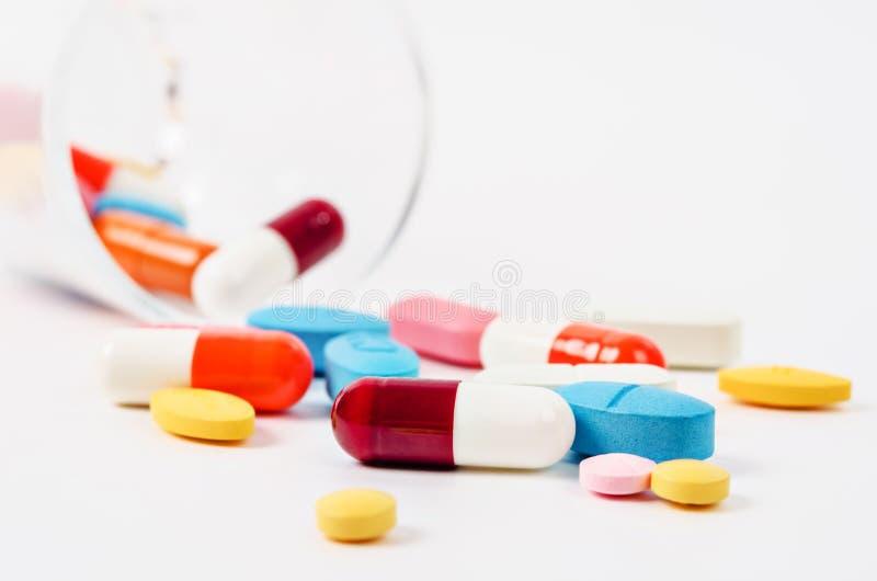 Generische Verordnungsmedizin mischt Pillen und sortiertes pharmaceu Drogen bei stockfotos