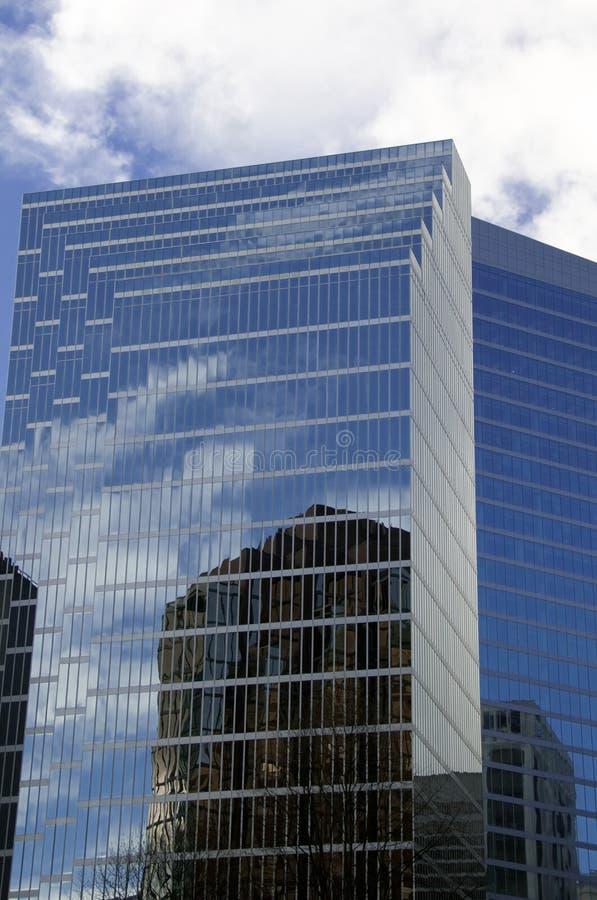 Generisches Bürohaus mit Flügel lizenzfreies stockfoto