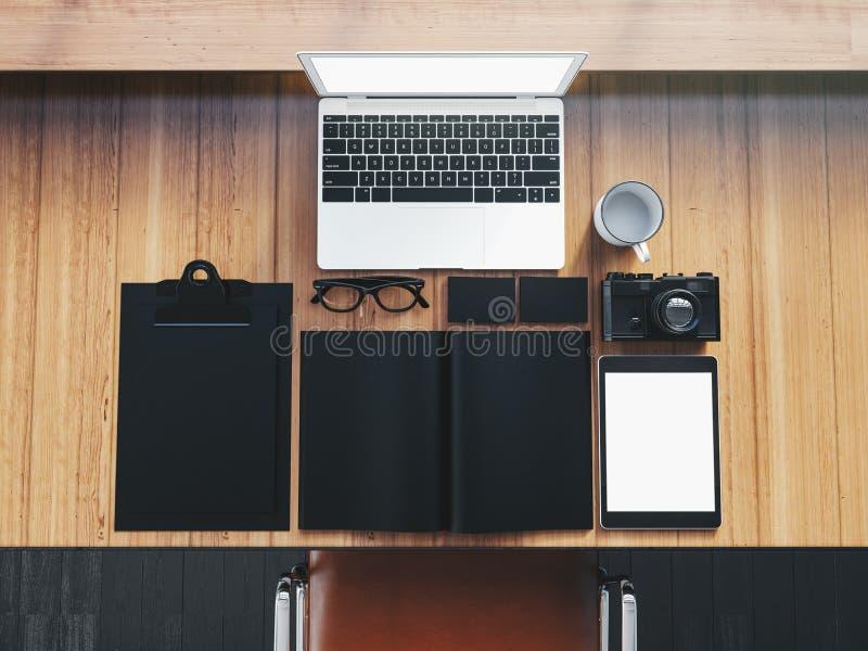 Generisk designbärbar dator på trätabellen med arkivfoton