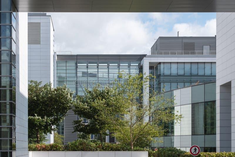 Generiska vita moderna kontorsbyggnader arkivfoto