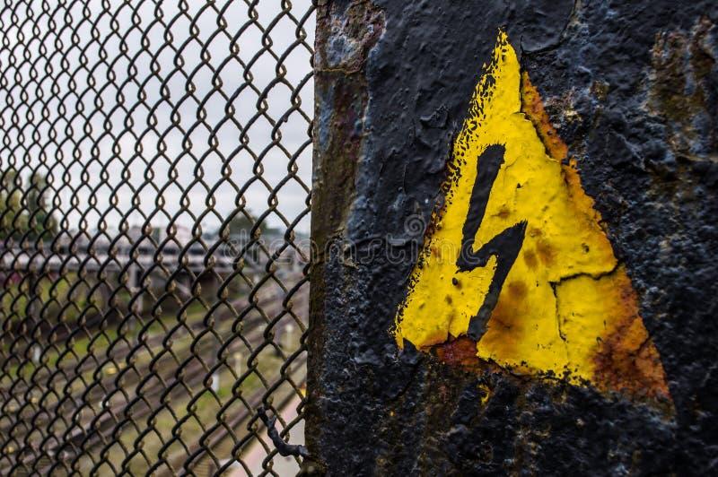 Generiskt högt spänningsfaratecken, symbol Svart pil som isoleras i gul triangel varningssymbol royaltyfri bild