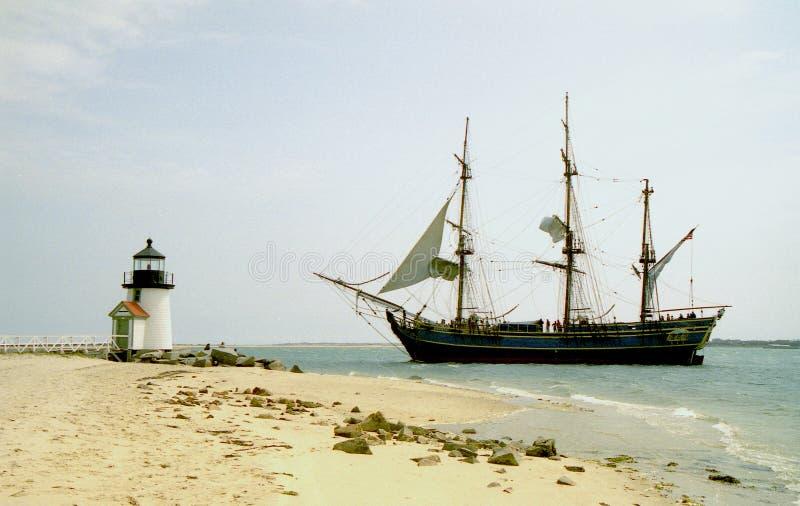 Generosidad de la nave en el faro de la punta de Barnacla imagenes de archivo