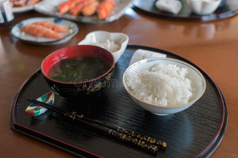 Generoso bol de arroz con algas marinas japonesas fotos de archivo libres de regalías