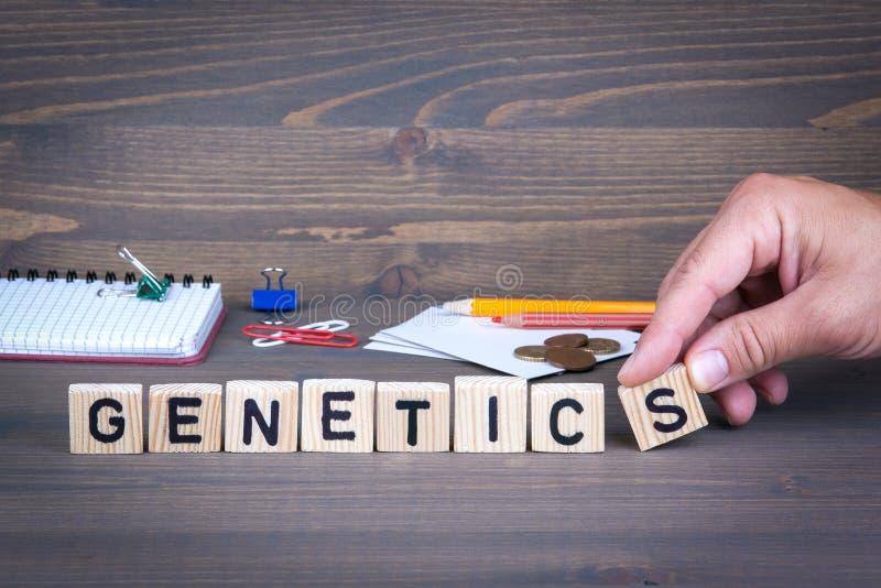 genetics Letras de madeira no fundo escuro fotos de stock royalty free