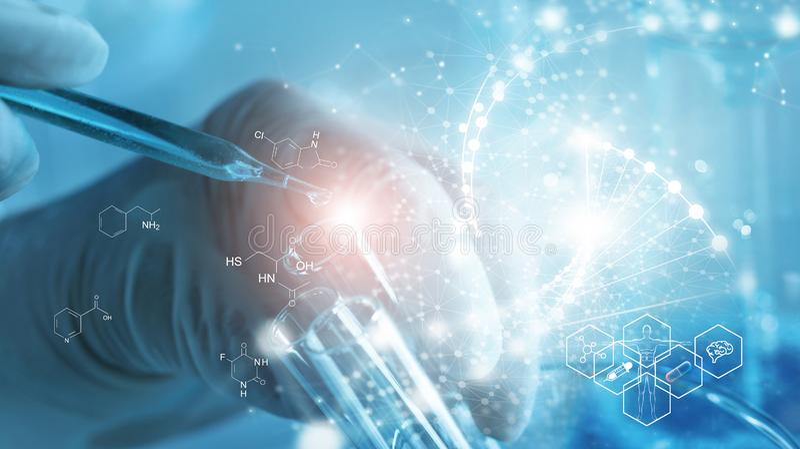Genetisch onderzoek en Biotech-wetenschapsconcept Menskunde en farmaceutische technologie op laboratoriumachtergrond stock afbeeldingen