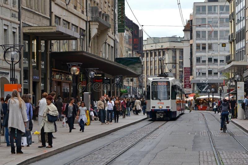 Geneva gata med spårvagnen royaltyfri bild