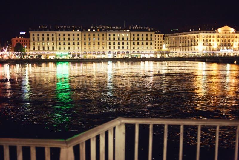 Geneve e Rhone na noite imagens de stock royalty free