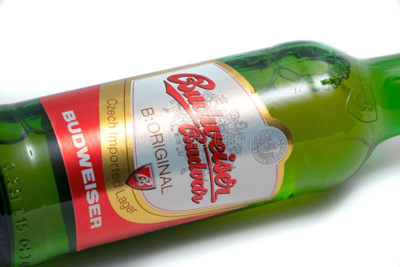 """Genewa, Szwajcaria â€â⠂¬Å/""""03 03 2019: Budweiser zieleni butelki amerykanina piwo fotografia stock"""