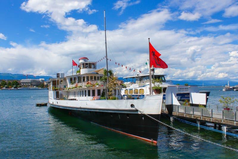 Genewa Szwajcaria, Czerwiec, - 17, 2016: widok na jeziorze i statku obraz stock