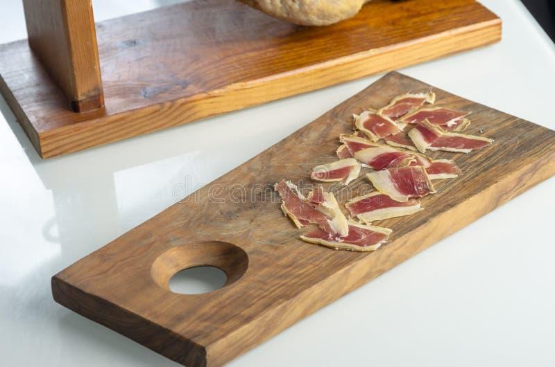Genezen Iberisch hambeen, bellotaham Gastronomisch Spaans voedsel stock afbeelding