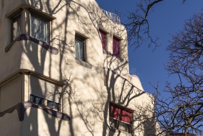 GENF, DIE SCHWEIZ - FEBRUAR 2019: Schtroumpfs-Gebäudearchitekten Frei, Hunziker, Berthoud, 1984, Grottes-Viertel Gebäude lizenzfreie stockfotos