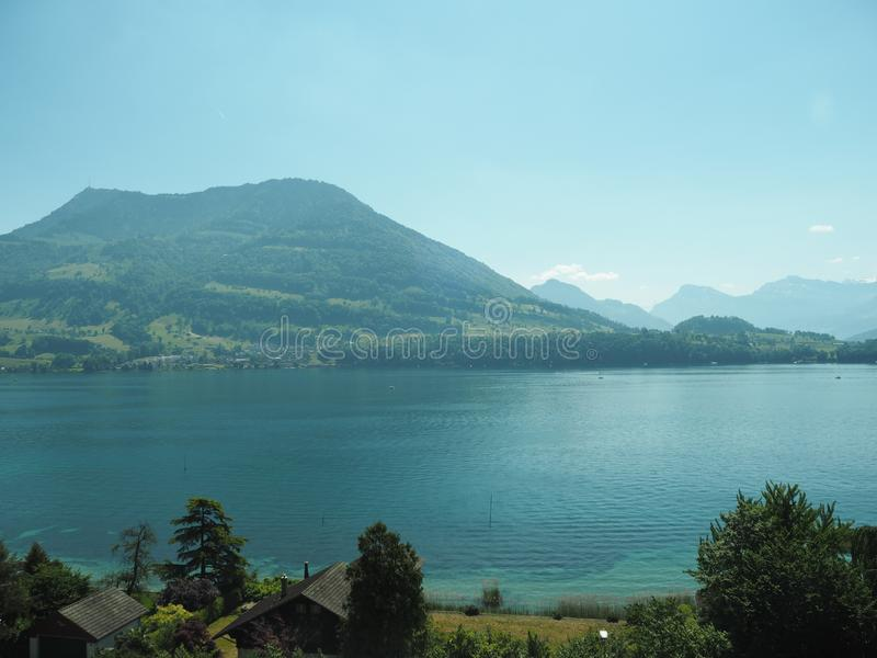 GENF, DIE SCHWEIZ - 31. MAI 2017: Schöne Ansicht in den See von Genf und von Stadtbild von Genf stockbild