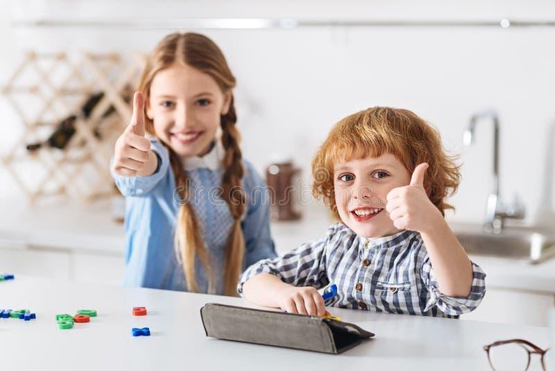 Genialni szczęśliwi dzieciaki lubi ich nowe uczenie gry obrazy royalty free
