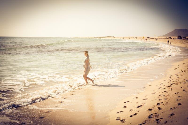 Genießen auf dem Strand lizenzfreie stockbilder
