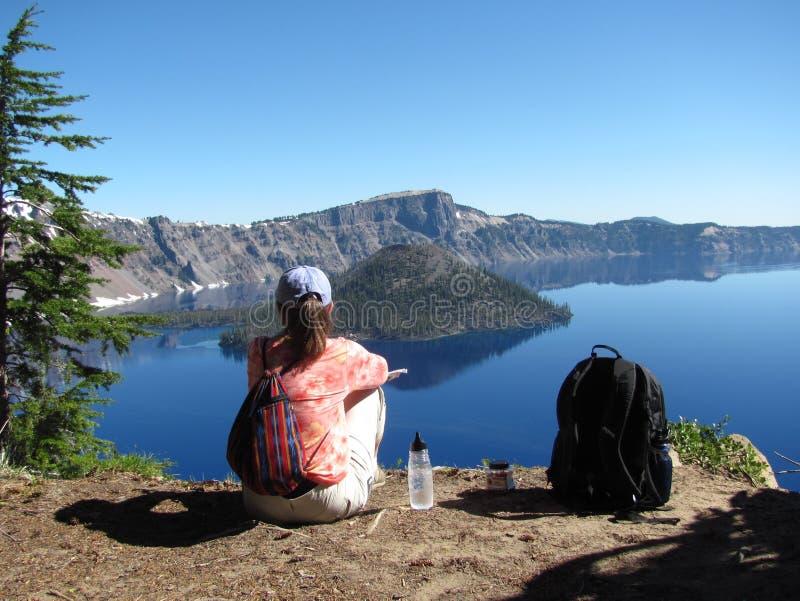 Genießen der Ansicht am Crater See-Nationalpark lizenzfreie stockfotografie