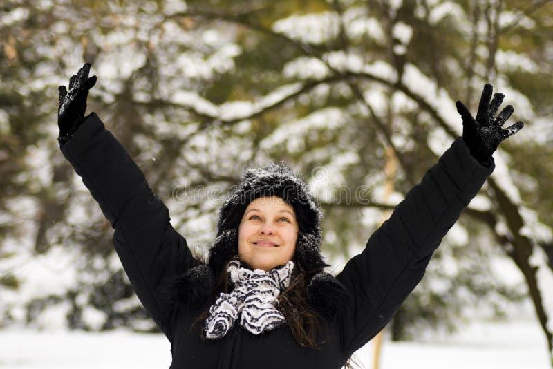 Genießen der Frau am Winter stockbild