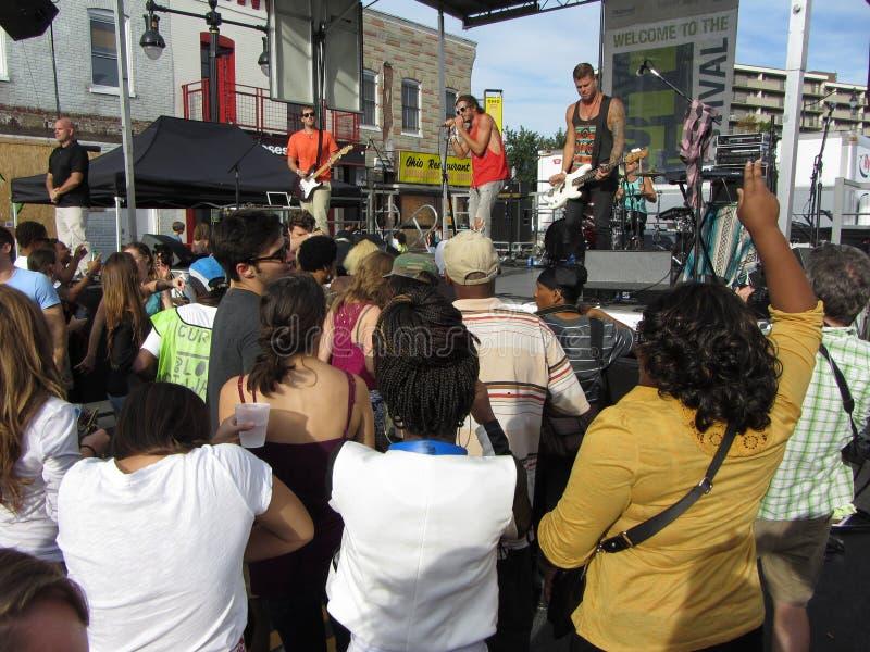 Genießen der Musik an der h-Straße stockbilder