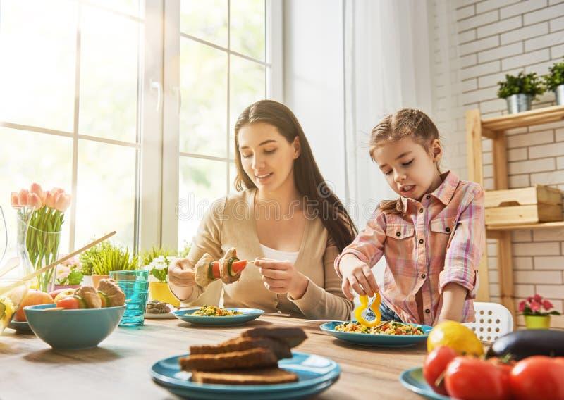 Familie isst ein kaltes Mittagessen — Stockfoto