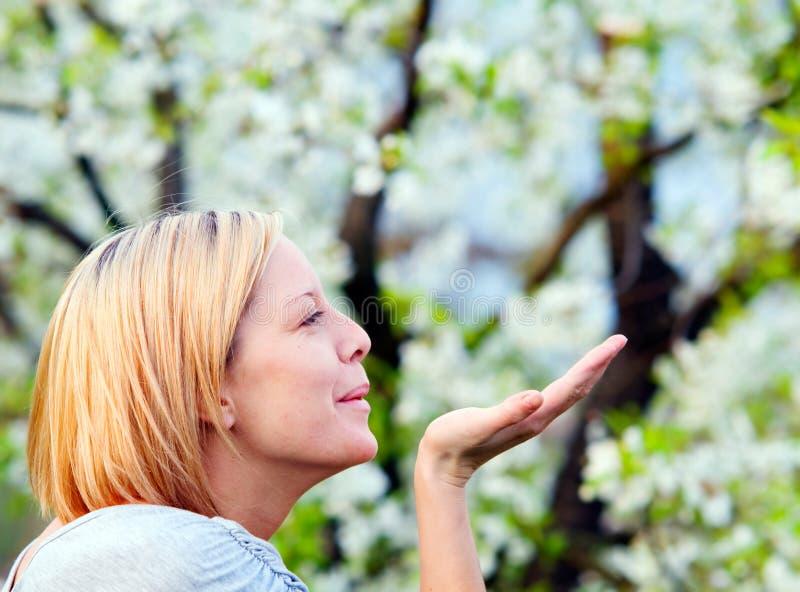 Genießen des Frühlinges stockbilder
