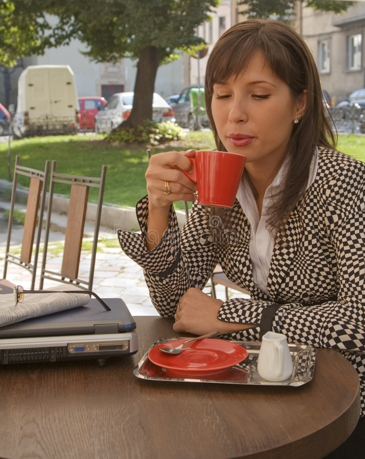 Genießen des Kaffees stockbild