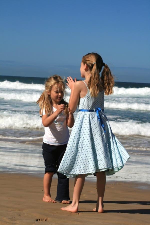 Genießen des Strandes stockfotos