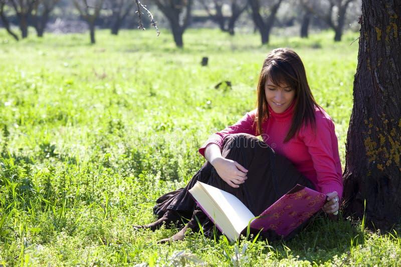 Genießen eines Buches im Wald lizenzfreies stockfoto